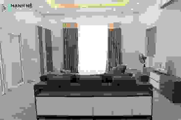 Chiếc tủ phía sau ghế sofa là vách ngăn tinh tế giữa phòng khách và phòng bếp bởi Công ty TNHH Nội Thất Mạnh Hệ Hiện đại Đá hoa cương