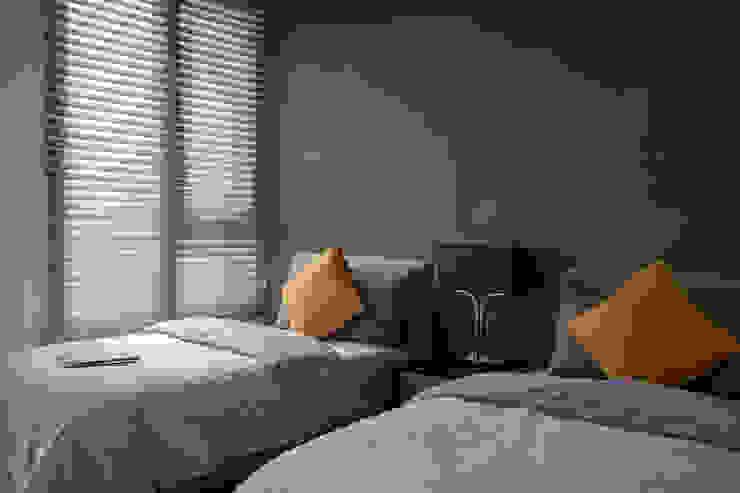 Dormitorios modernos de 雅群空間設計 Moderno