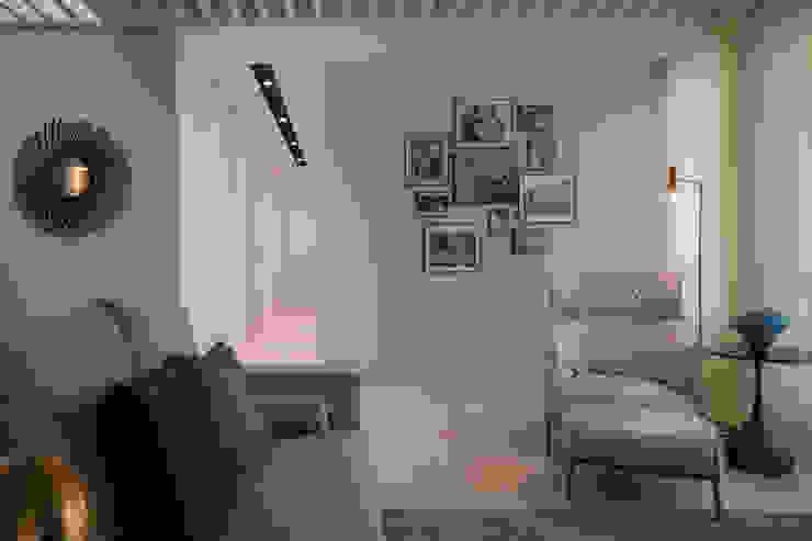 Paredes y pisos de estilo moderno de 雅群空間設計 Moderno