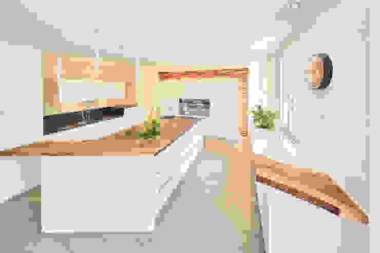 Küche weiss seidenmatt und Barblatt mit Baumkante: modern  von Ruepp Schreinerei AG,Modern