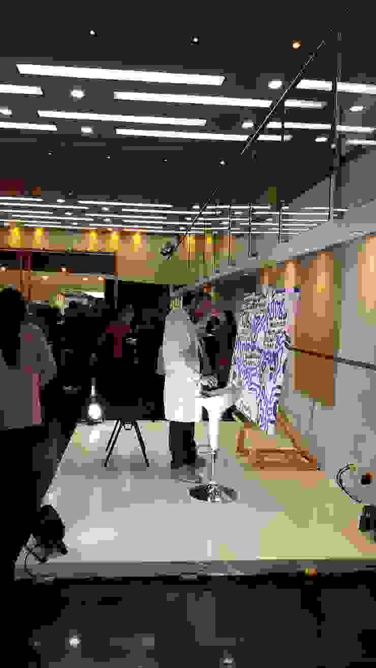 Artista Juan Felipe López en su performance y creación de obra especial sobre tema propuesto. de Artvice Moderno Lino Rosa