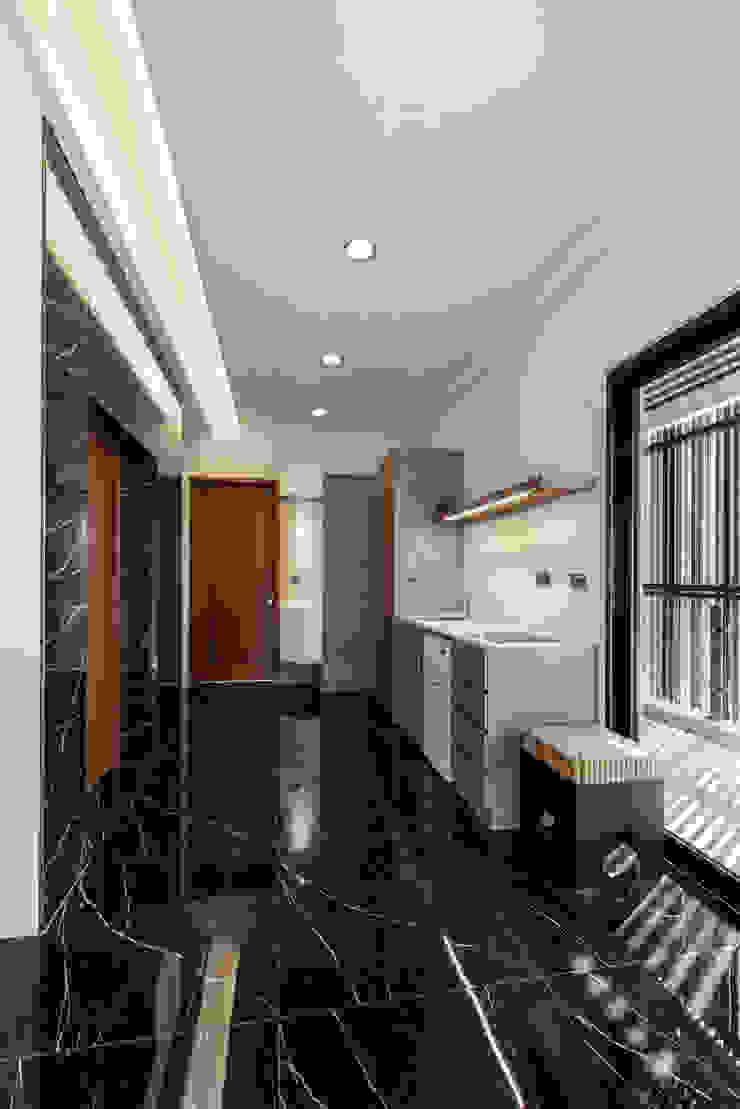 私人住宅 現代風玄關、走廊與階梯 根據 OWN DESIGN 現代風