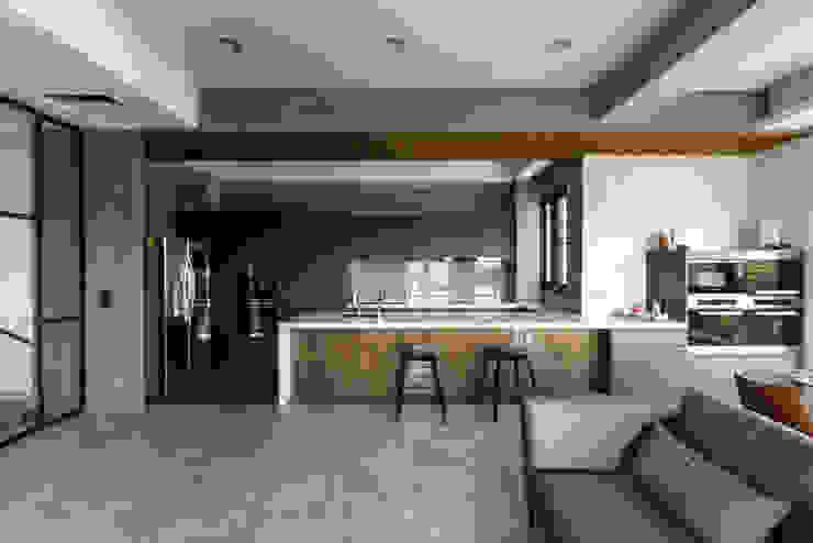 私人住宅 现代客厅設計點子、靈感 & 圖片 根據 OWN DESIGN 現代風