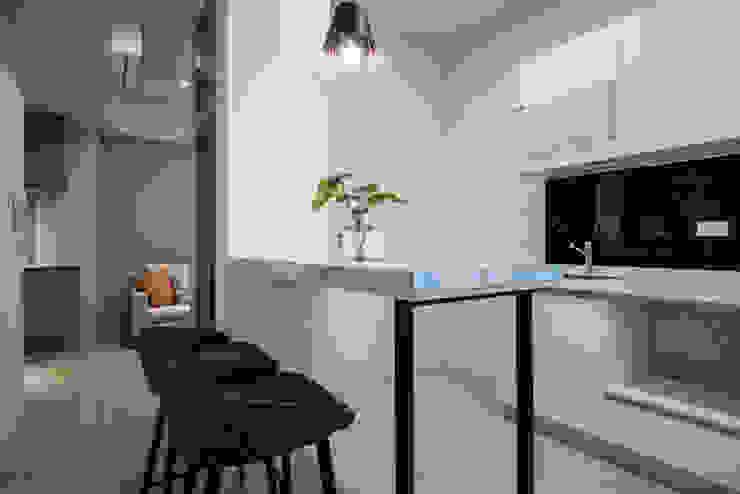 長磯建設-聽河院2 /慧谷.根源 现代客厅設計點子、靈感 & 圖片 根據 SING萬寶隆空間設計 現代風