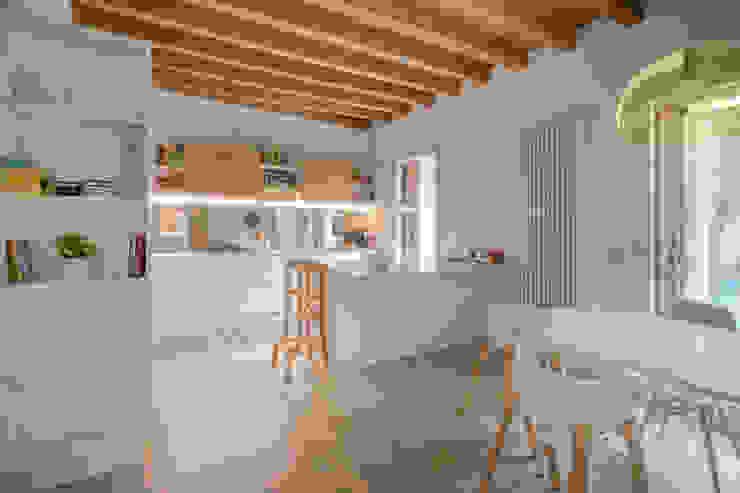 La sala da pranzo con cucina e isola Studio Dalla Vecchia Architetti Sala da pranzo moderna Legno