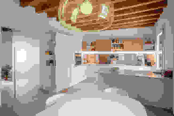 La sala da pranzo e cucina Studio Dalla Vecchia Architetti Cucina attrezzata Bianco