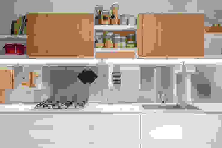 Dettaglio della cucina con paraschizzi in acciaio Studio Dalla Vecchia Architetti Cucina attrezzata Metallizzato/Argento