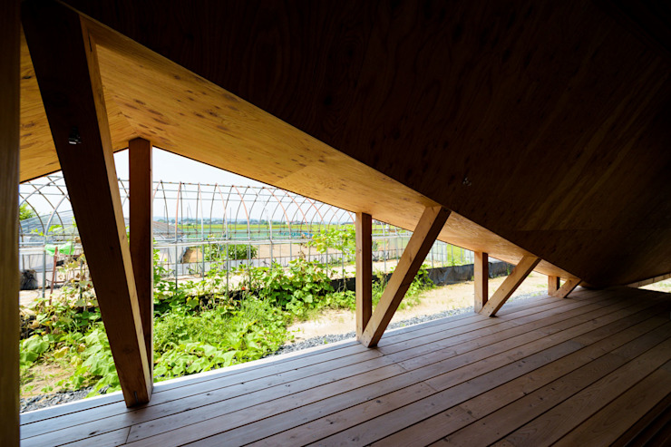 Takeru Shoji Architects.Co.,Ltd Scandinavian style balcony, veranda & terrace