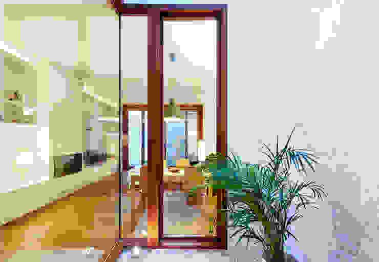 patio interior Comedores de estilo moderno de ESTUDI NAO arquitectura Moderno Madera Acabado en madera