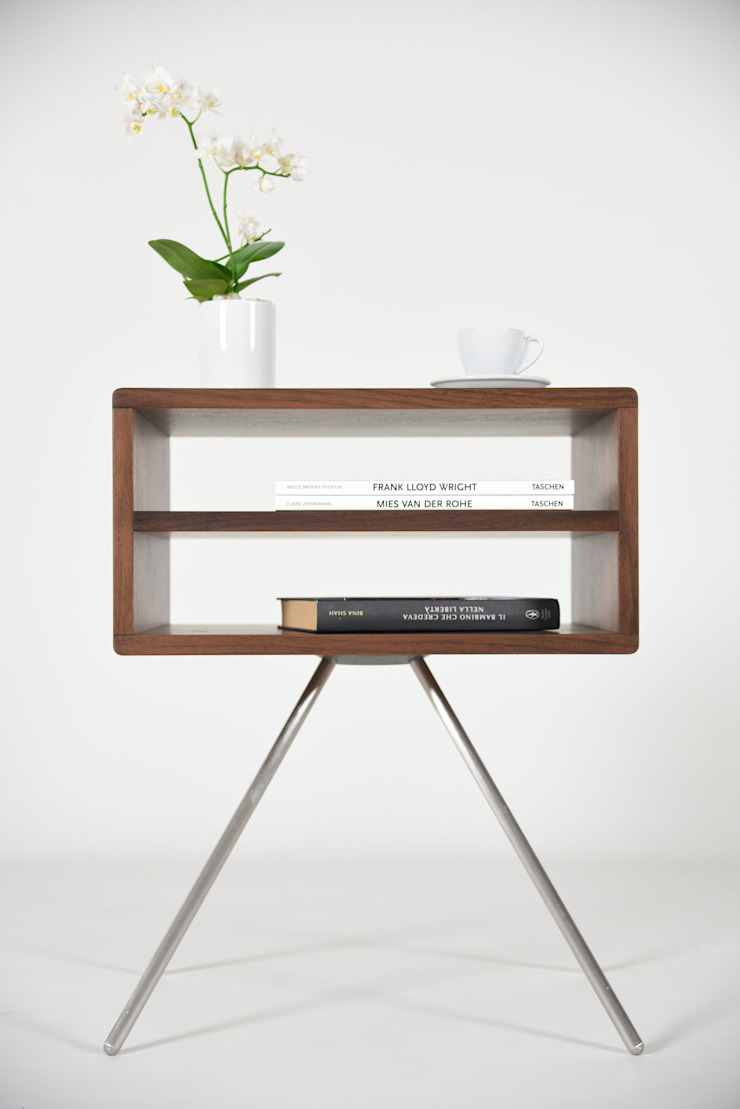 Mid Century modern bedside table with two shelves in solid Walnut wood / Ideas for modern nightstand di Ebanisteria Cavallaro Moderno Legno massello Variopinto