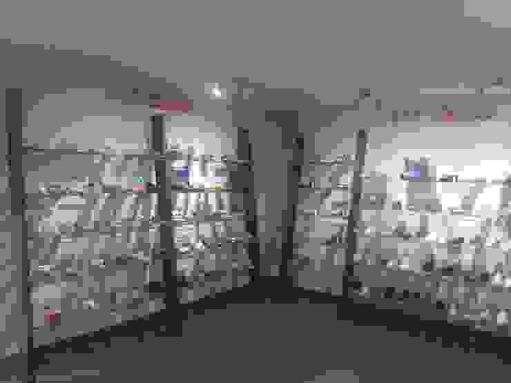 Oficinas y showroom AZALEIA COLOMBIA de algo por el estilo Minimalista
