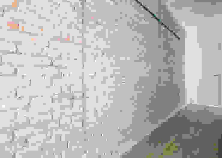 Pared de ladrillo visto Paredes y suelos de estilo moderno de Grupo Inventia Moderno Ladrillos
