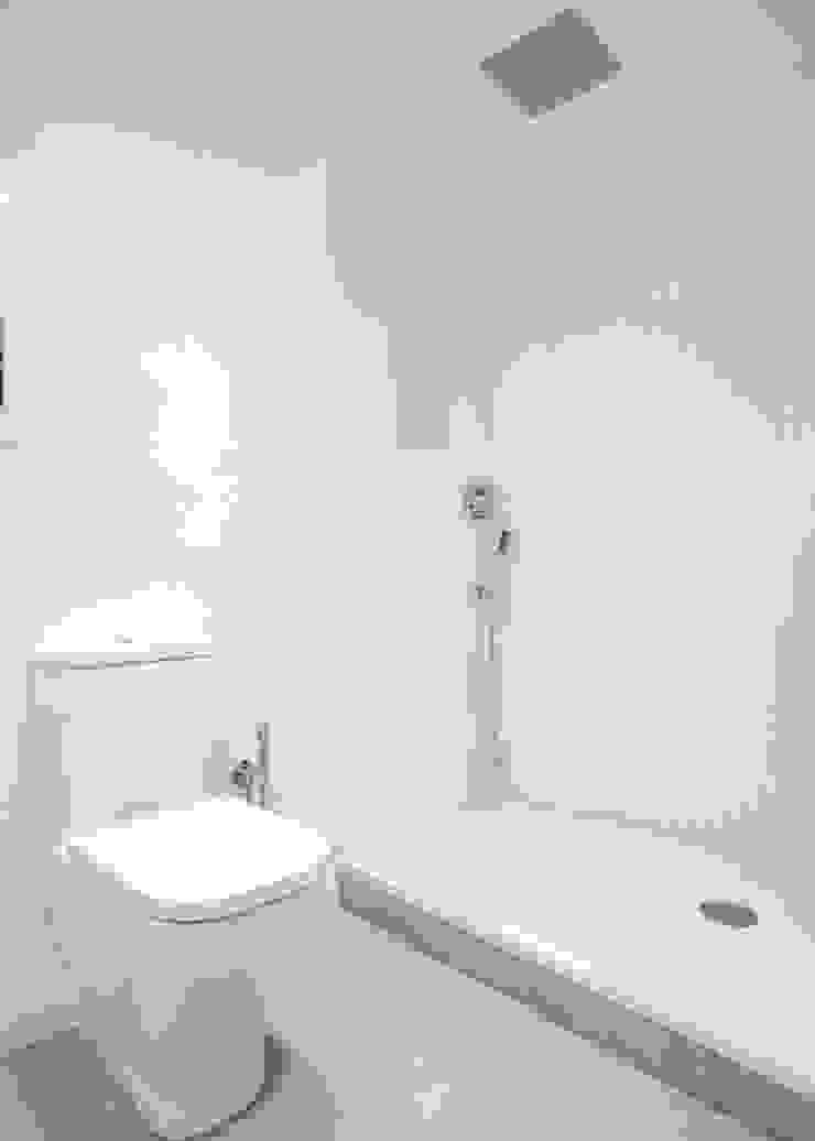 Cuarto de baño Baños de estilo moderno de Grupo Inventia Moderno Azulejos