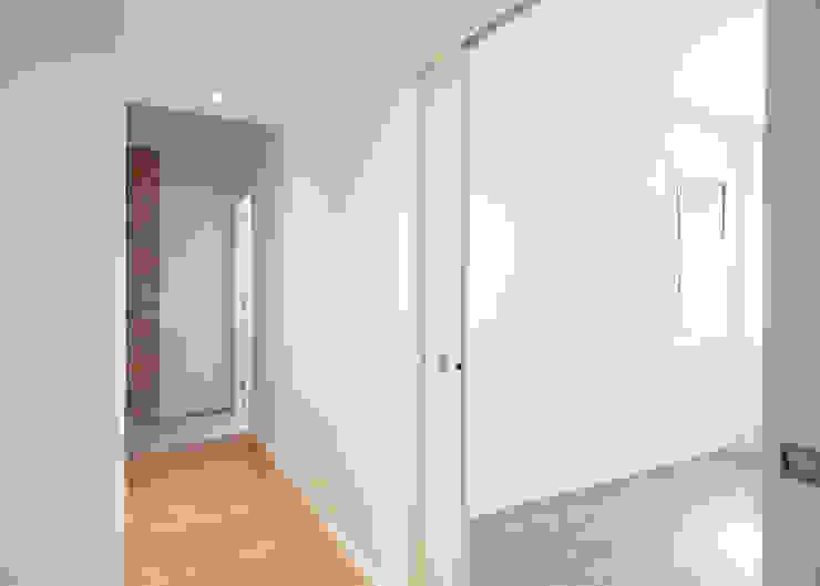 Puertas corrderas de Grupo Inventia Moderno Compuestos de madera y plástico