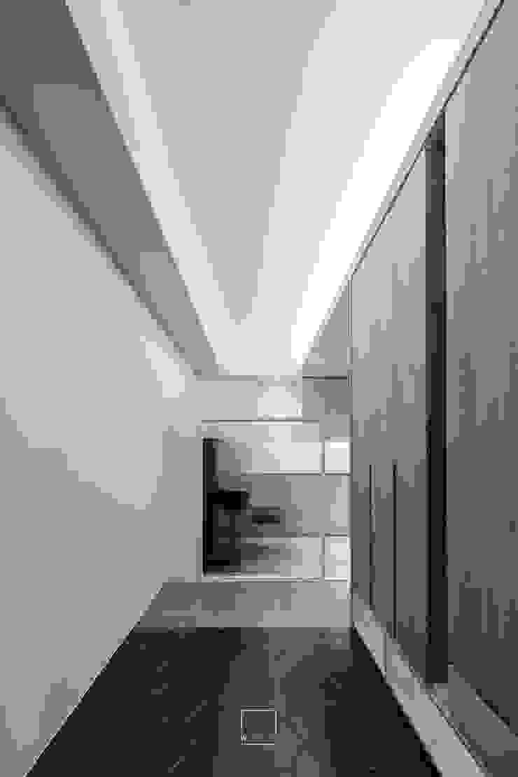 蔡宅 斯堪的納維亞風格的走廊,走廊和樓梯 根據 何為設計有限公司 北歐風