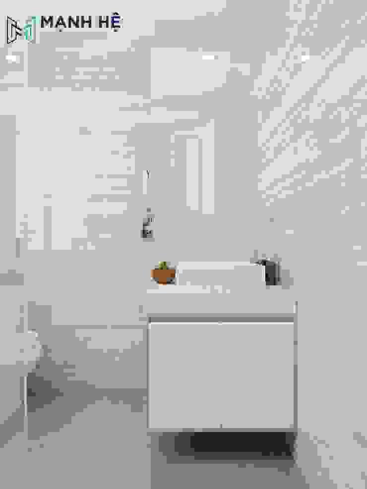 Nhà vệ sinh sạch sẽ với gạch ốp màu sáng Phòng tắm phong cách hiện đại bởi Công ty TNHH Nội Thất Mạnh Hệ Hiện đại Đá hoa