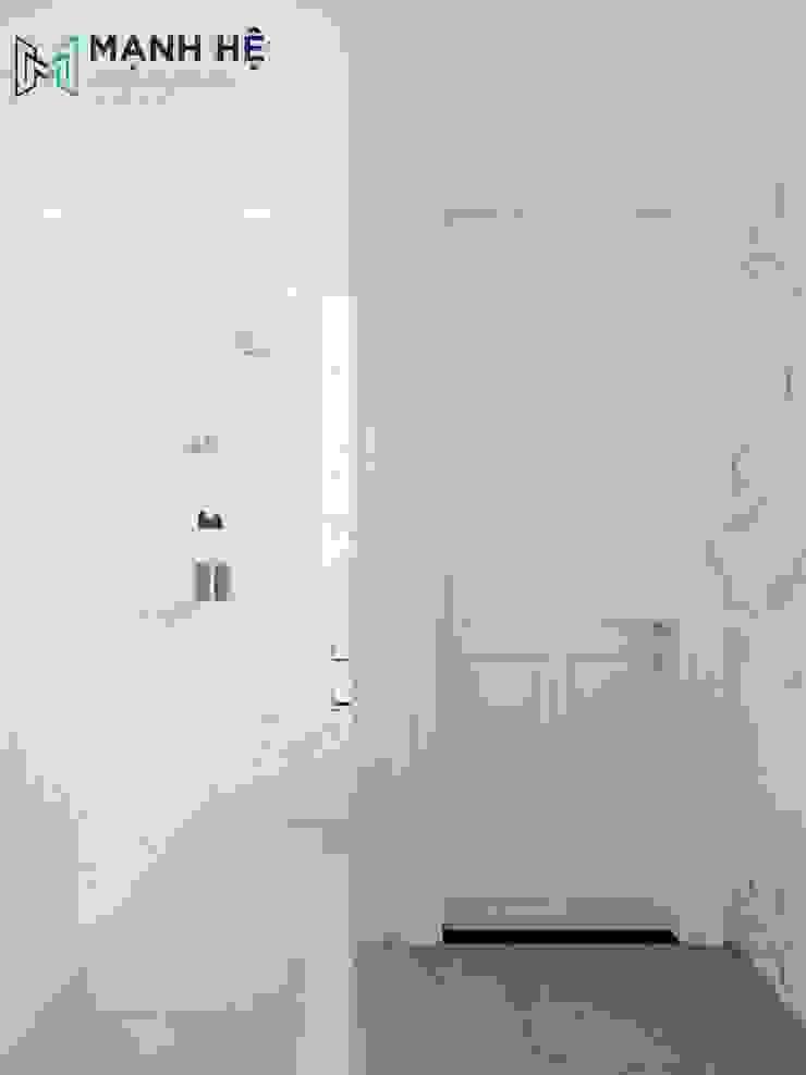 Khu tắm liền với toilet Phòng tắm phong cách hiện đại bởi Công ty TNHH Nội Thất Mạnh Hệ Hiện đại Cao su