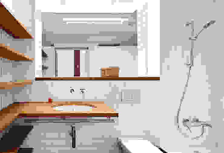 Casa Patio Vertical Baños de estilo moderno de ESTUDI NAO arquitectura Moderno Cerámico