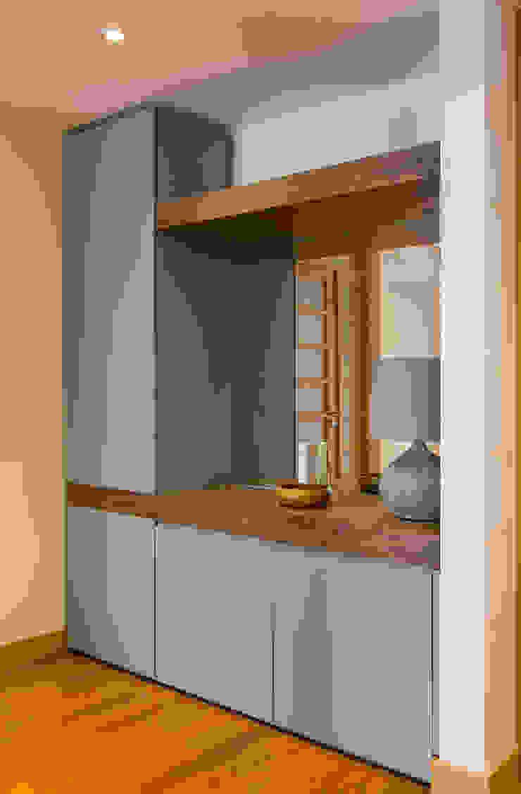 Traço Magenta - Design de Interiores Hành lang, sảnh & cầu thang phong cách hiện đại