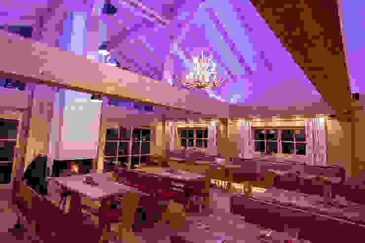 Geweih-Kronleuchter im Gastraum von Skapetze Lichtmacher Landhaus