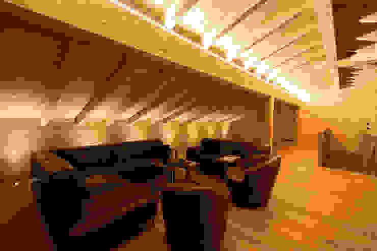 Lounge-Bereich indirekt beleuchtet von Skapetze Lichtmacher Landhaus
