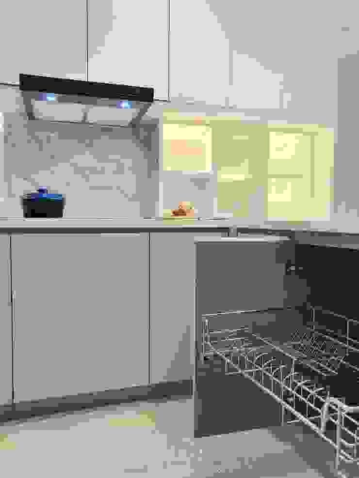 Kitchen @ Silom Condo: ทันสมัย  โดย BAANSOOK Design & Living Co., Ltd., โมเดิร์น