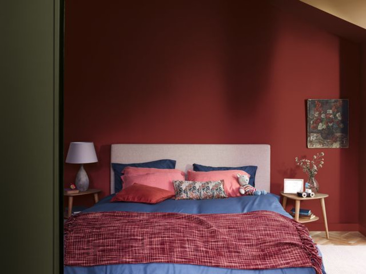 A soothing bedroom with the Dulux Colour of the Year 2019 Dulux UK Quartos modernos Vermelho