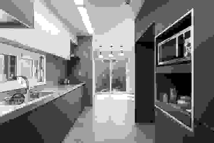주방에서도 보여지는 주택 풍경 by 한글주택(주) 모던