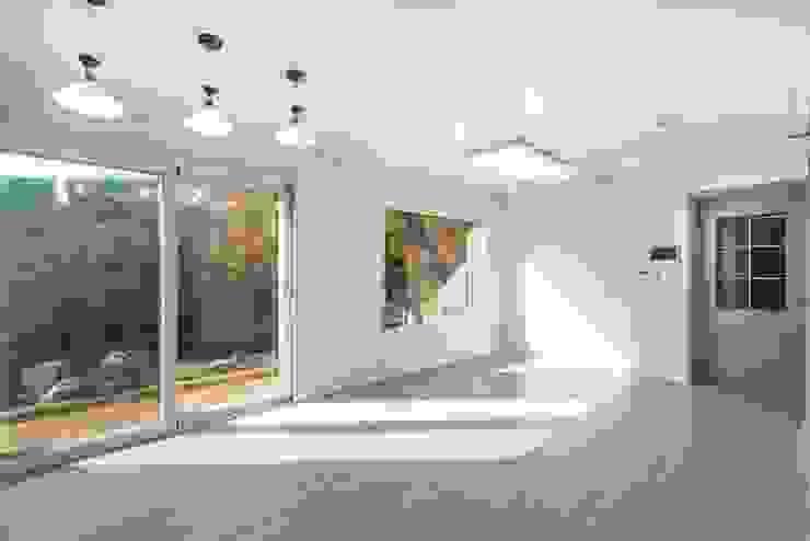 매일 다른 풍경화를 볼 수 있는 가평전원주택 모던스타일 거실 by 한글주택(주) 모던