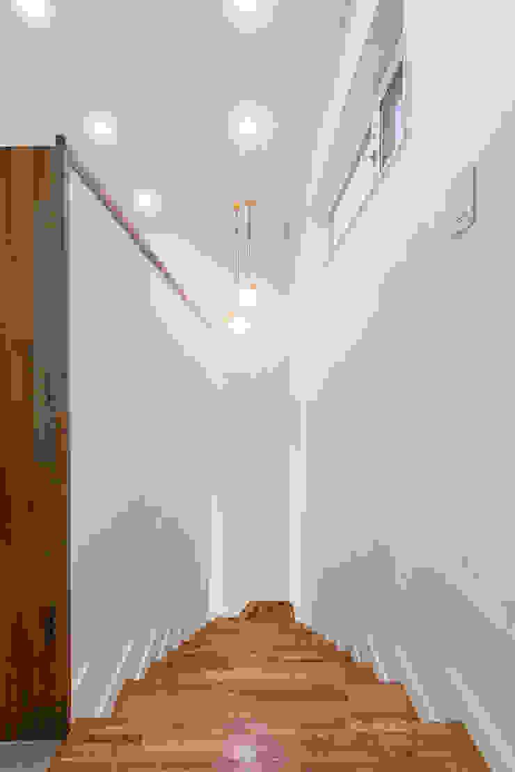 깔끔한 2층 계단실 by 한글주택(주) 모던