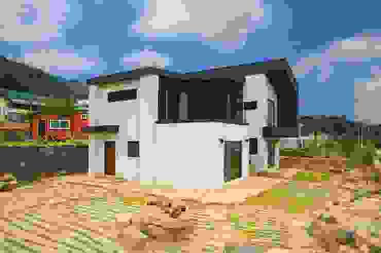 경상도 함양에 위치한 입체감이 살아있는 전원주택 by 한글주택(주) 모던