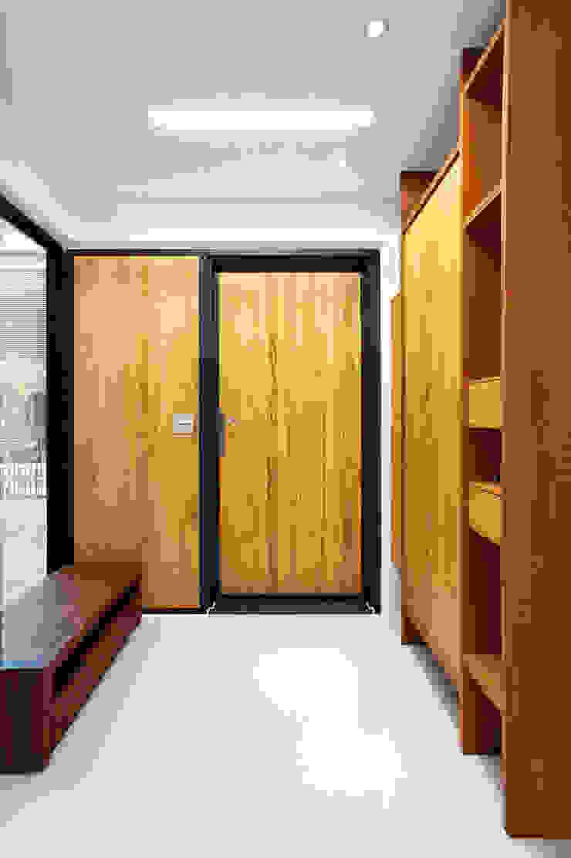 木耳生活藝術-建築設計暨室內設計/雲居蔚藍 現代風玄關、走廊與階梯 根據 木耳生活藝術 現代風 實木 Multicolored
