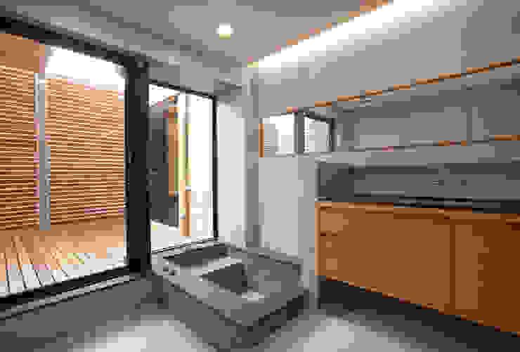 木耳生活藝術-建築設計暨室內設計/雲居蔚藍 現代浴室設計點子、靈感&圖片 根據 木耳生活藝術 現代風 實木 Multicolored