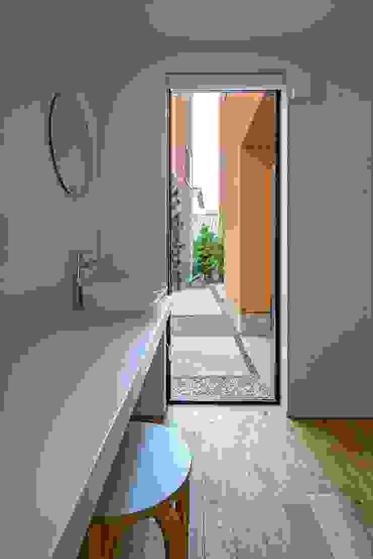 Mediterranean style windows & doors by 向山建築設計事務所 Mediterranean
