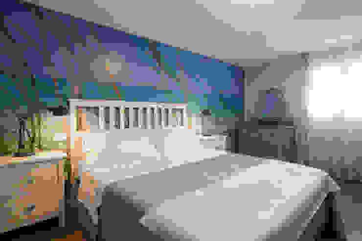 Camera da letto con letto bianco e cassettiera con specchio di Arch. Sara Pizzo - Studio 1881 Mediterraneo