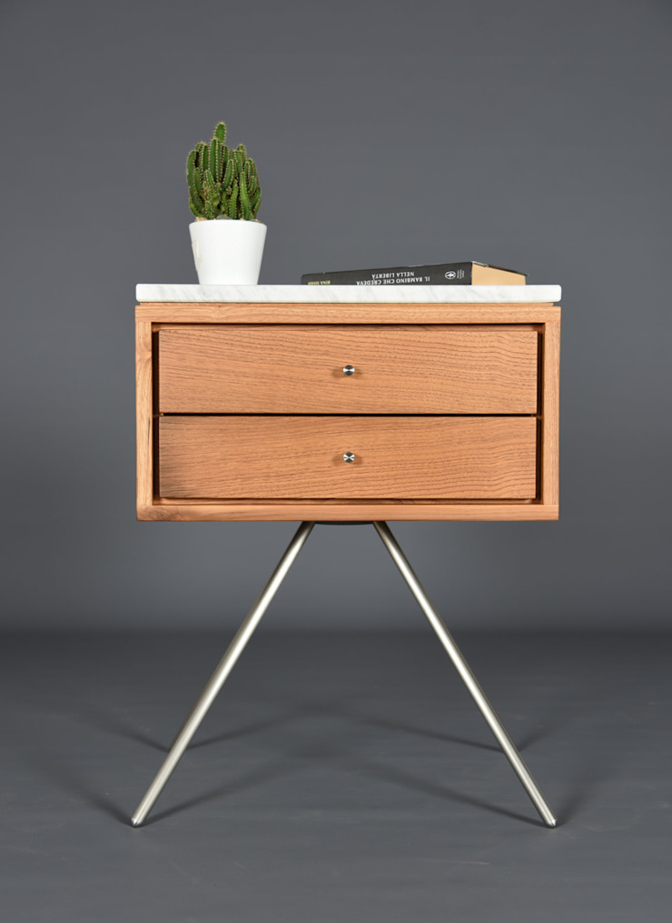 Mid Century Nightstand with two Drawer in old wood and Carrara marble top / Handmade bedroom furniture di Ebanisteria Cavallaro Scandinavo Legno massello Variopinto