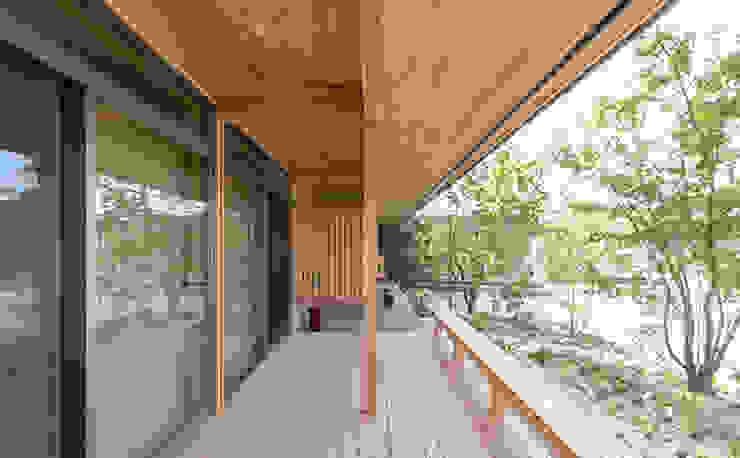 環アソシエイツ・高岸設計室 Balcone, Veranda & Terrazza in stile asiatico