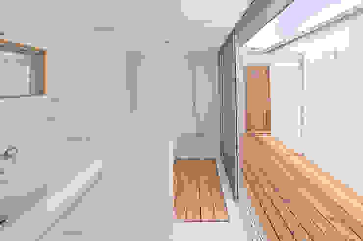 Scandinavian style bathroom by 松原建築計画 / Matsubara Architect Design Office Scandinavian Tiles