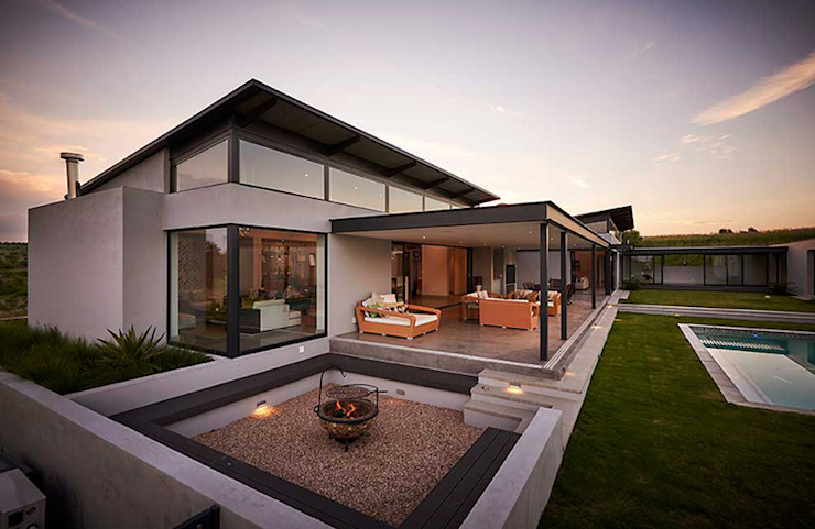 Bikitsha Residence by Meik Architects Modern