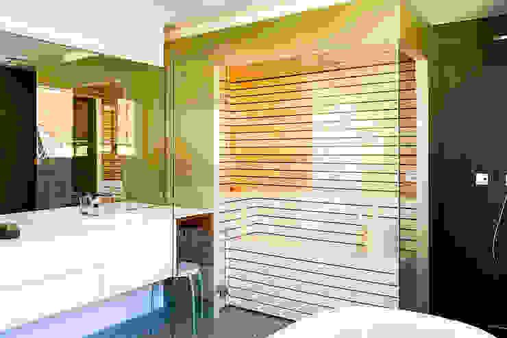 Sauna mit farbiger Glasverkleidung | KOERNER Saunamanufaktur von KOERNER SAUNABAU GMBH Modern