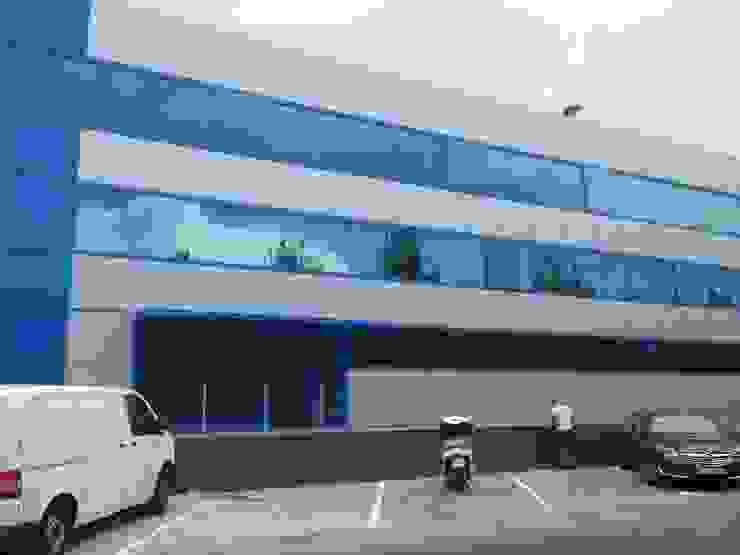 Obra ejecutada - fachada OCTANS AECO Estudios y despachos de estilo moderno