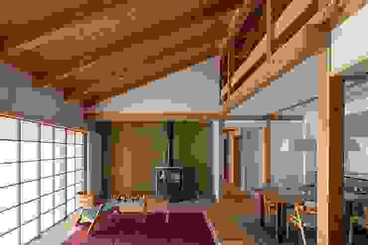 リビングの様子(十勝の家Ⅰ) HOUSE&HOUSE一級建築士事務所 和風デザインの リビング 木 白色