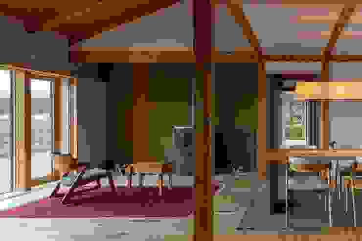 和室からリビングやダイニング、その奥に廊下と西庭を眺めた様子(十勝の家Ⅰ) HOUSE&HOUSE一級建築士事務所 和風デザインの リビング
