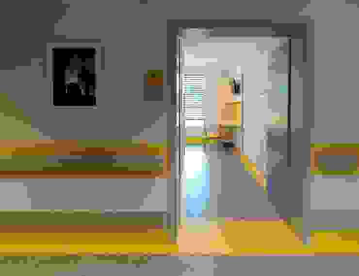 Brembilla Forcella Architetti Clínicas minimalistas de madeira e plástico Amarelo