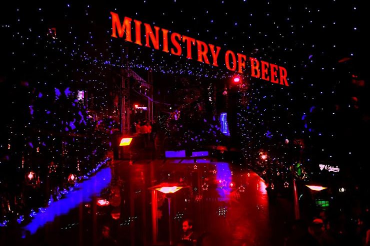 Ministry of Beer Gurugram Modern bars & clubs by Studio Interiors Infra Height Pvt Ltd Modern Glass