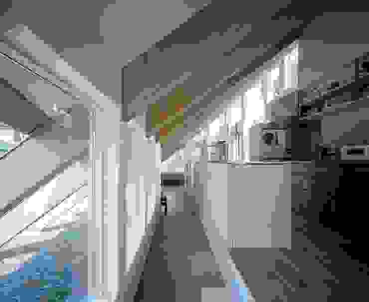 藤原・室 建築設計事務所 Modern corridor, hallway & stairs Tiles Grey