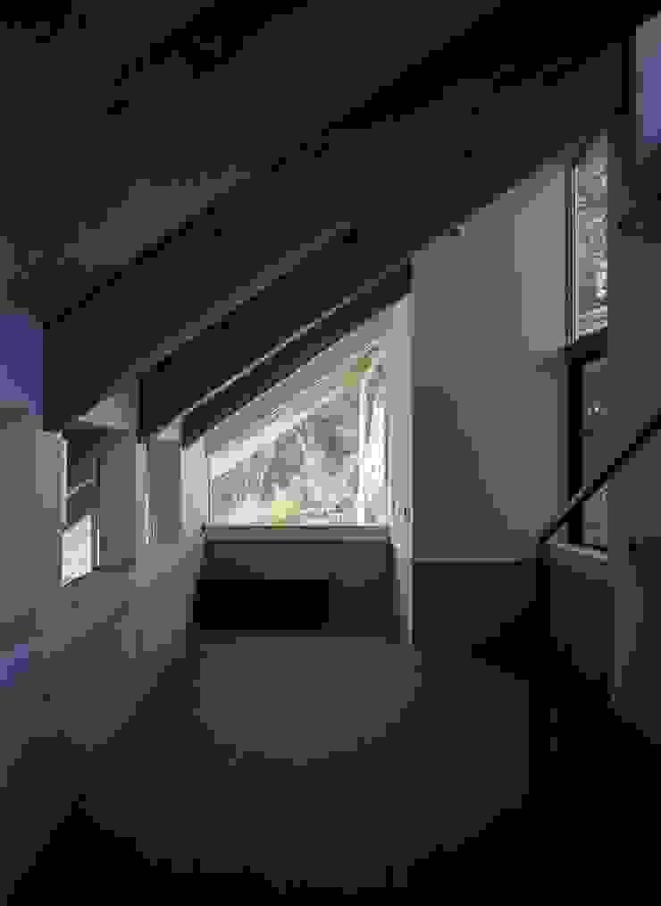 藤原・室 建築設計事務所 Modern living room Tiles Grey