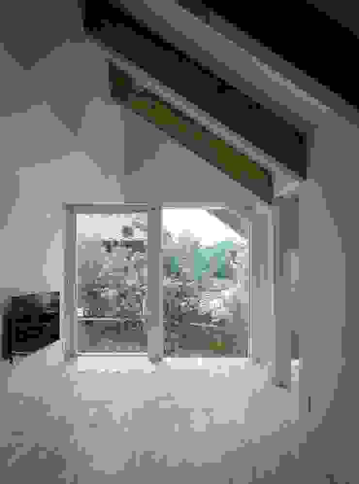 藤原・室 建築設計事務所 Modern living room Wood White