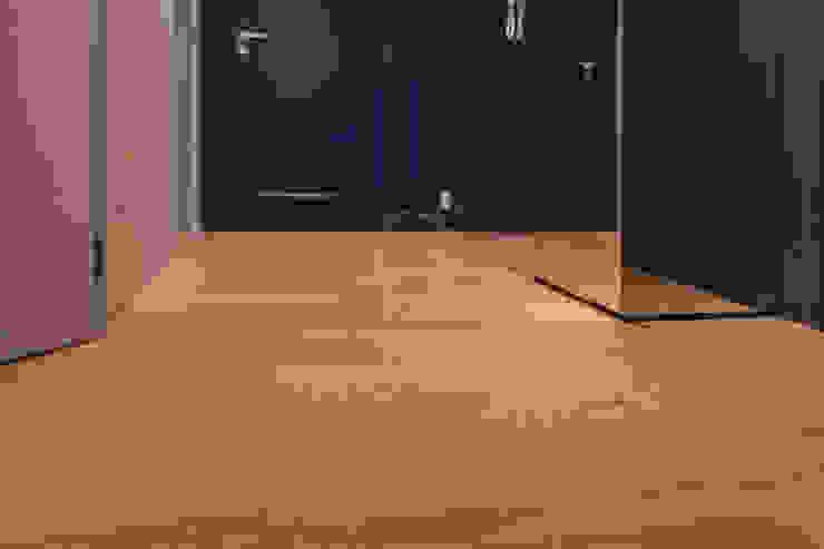 Podłoga drewniana w korytarzu od Roble Nowoczesny