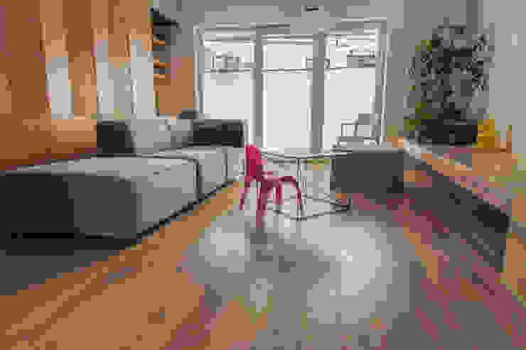 Nowoczesny salon w drewnie Nowoczesny salon od Roble Nowoczesny